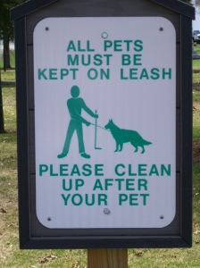 "Sign ""all pets must be kept on leash"""